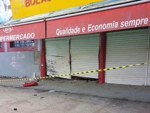 Caixa de supermercado foi explodido na  madrugada (Foto: Marcus Augusto / Site Voz da Bahia)