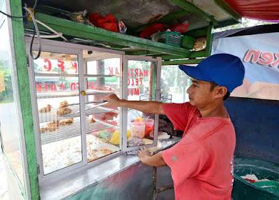 JUALAN CAMPUR  : Tak hanya menjual ayam goreng tepung, di gerobak yang sama, Jasmani juga menjual aneka macam gorengan untuk menambah penghasilan. FOTO MARSITA/PONTIANAKPOST