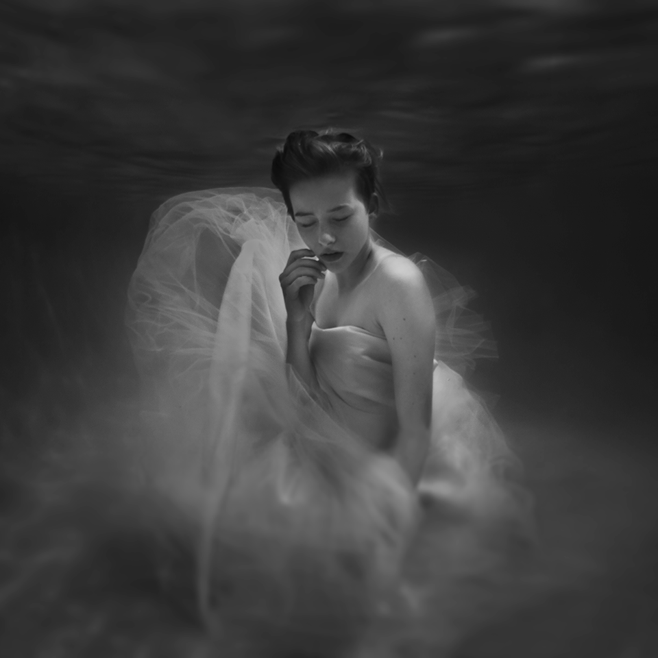 09-Taylor-Catalina-Jenna-Martin-Surreal-Photographs-with-Underwater-Shots-www-designstack-co
