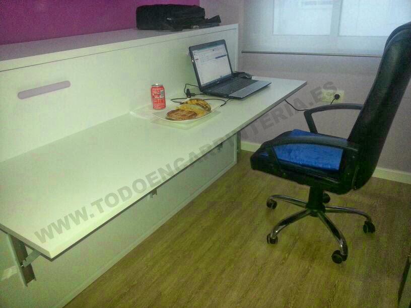 Mesa de estudio en una cama abatible horizontal.