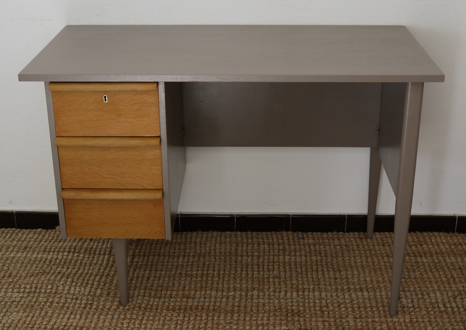 jaune moutarde bureau ann es 50 bois et taupe. Black Bedroom Furniture Sets. Home Design Ideas