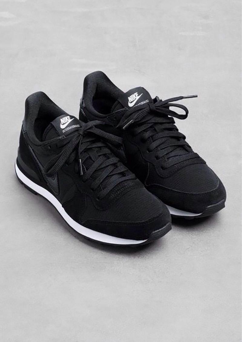 nike-black-sneakers
