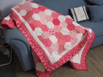 http://4.bp.blogspot.com/-FcXz9q0Q4i8/UHPP5FFYPwI/AAAAAAAAE2c/yq2UupVoao0/s400/Pink+Hexagon+Quilt+001.jpg