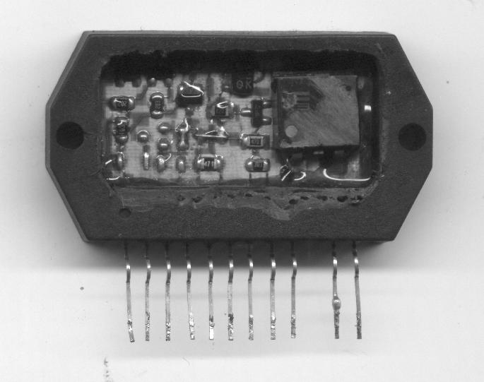 Interior del circuito integrado STK730-090 de baja calidad (notar el código del MOS-FET borrado).