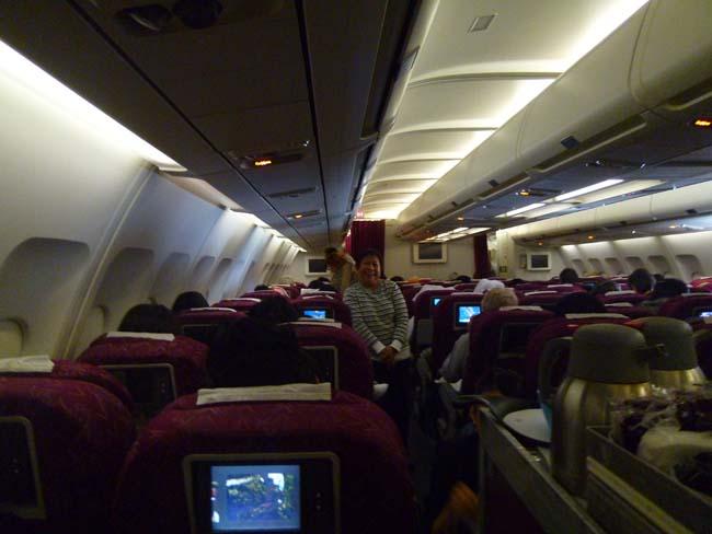 Santy estirando las piernas en el avión