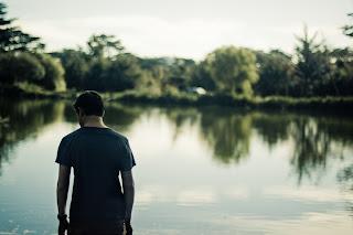 Homme devant lac