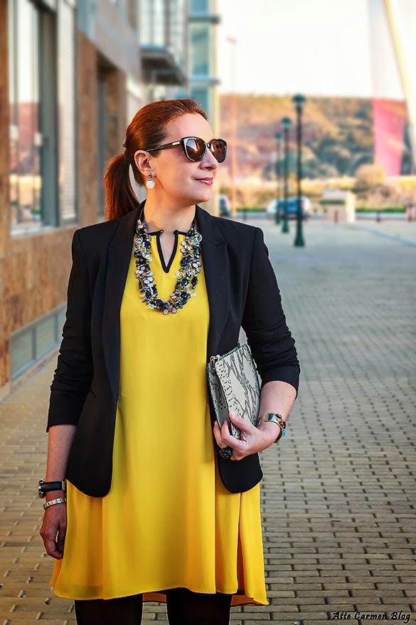 Vestido negro y saco amarillo