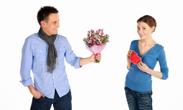 كيف يمكنك ان تعرف إن كان شخص ما يحبك فعلا أو يمثل الحب عليك  - رجل يقدم ورد لامرأة حبيبته
