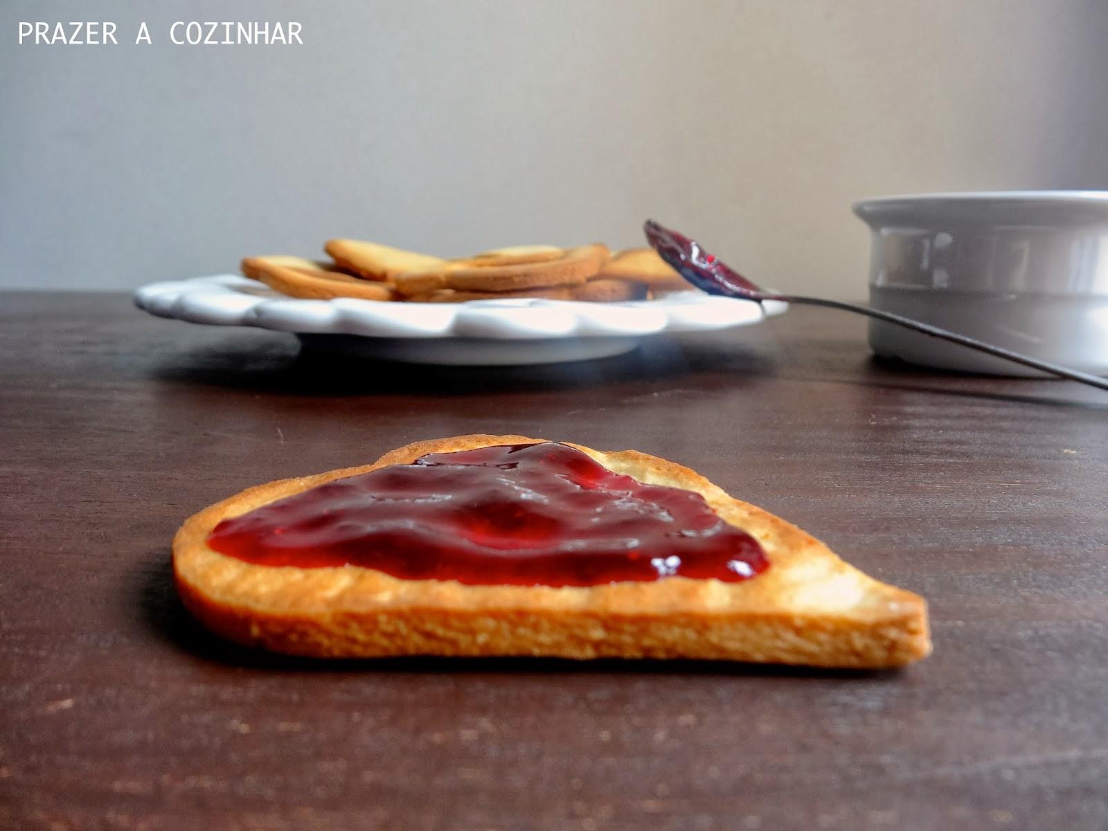 prazer a cozinhar - Bolachas de amêndoa com recheio de frutos vermelhos