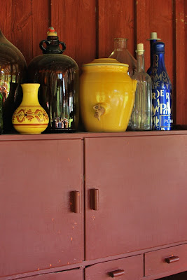 Muonamiehen mökki - Pulloasetelma ja talonpoikaistyylinen astiakaappi