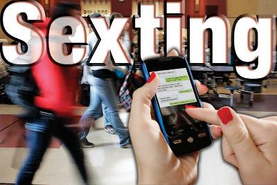 """¿Ha enviado alguna vez fotos sin ropa por el celular o descubrió a su hijo enviándolas?, a eso se le llama """"sexting"""" y en la actualidad con el uso de los teléfonos inteligentes se ha incrementado,a pesar de ser una situación peligrosa e irritable para algunos, hay adolescentes que lo siguen practicando. Un estudio realizado en colegios de Texas a jóvenes entre 14 y 19 años en Estados Unidos, dio como resultado que el 30% ha realizado este tipo de actividad, el llamado """"sexting"""", y notificaron ser activos sexualmente. LiveScience.com, publicó la encuesta que además reveló queun 60% han enviado"""