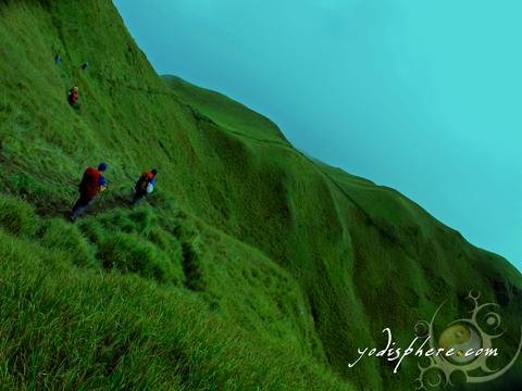 Ambangeg trail across rolling hills