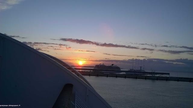 Tallinnan satama ja ilta-aurinko