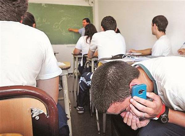 Alumno hablando por teléfono a escondidas
