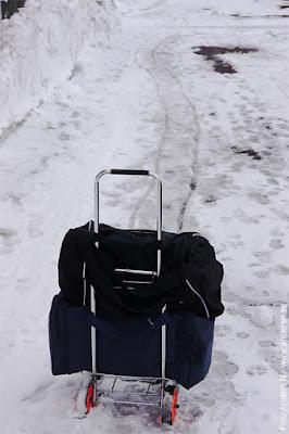 resväskor, bags, i snön, bagagvagn, snö, spår i snö