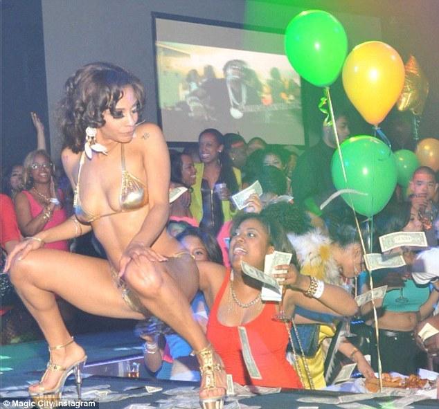 Vídeo ,Rihanna captada en club de stripers y lanza a las bailarinas ...