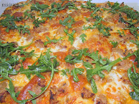 Pizza de carne de canelones, quesos y Rúcala