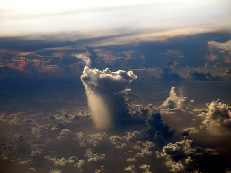 Imagen del día: Una nuve de lluvia solitaria en algún lugar del Pacífico