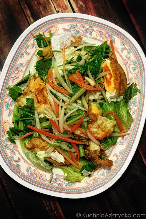 Sałatka ze smażonymi jajkami © KuchniaAzjatycka.com