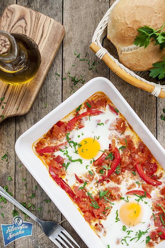 Zapiekane jajka z pomidorami