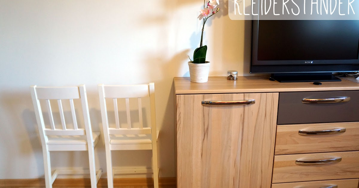 nach fferin kleiderst nder aus einem halben stuhl. Black Bedroom Furniture Sets. Home Design Ideas