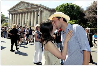 blogger comel cium lebih 100 orang