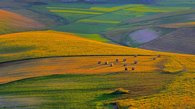 Sunset on Piano Grande plateau, Perugia province, Italy (© SIME/eStock Photo) 611