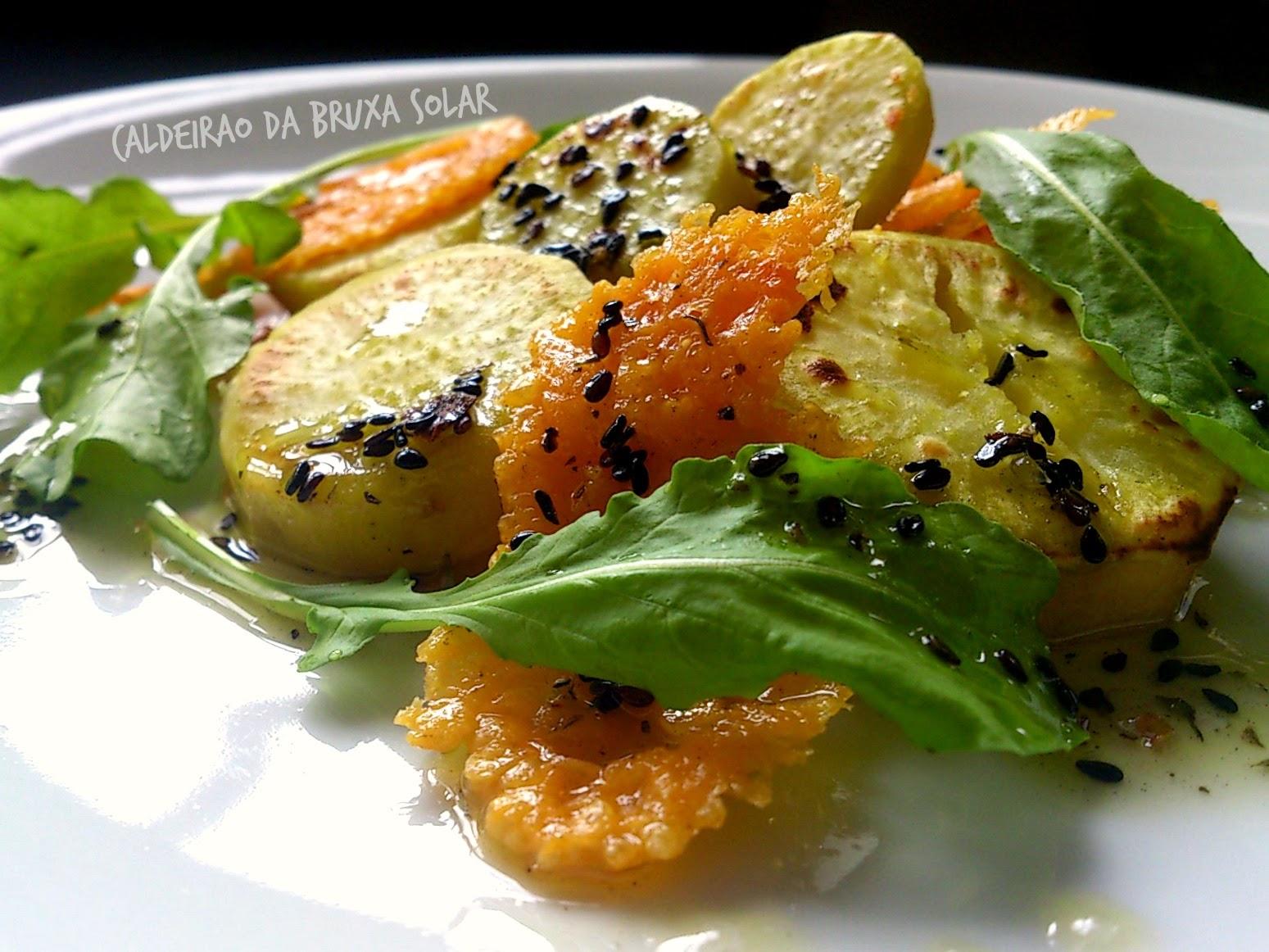 Salada de batata doce, crisp de queijo e rúcula com um molho especial