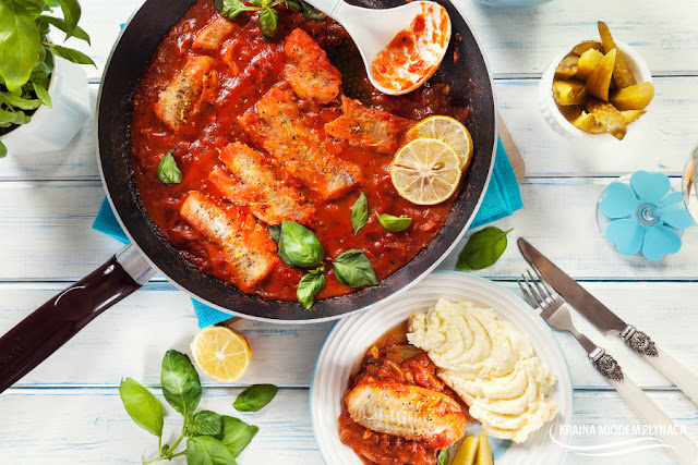 polędwica z mintaja w pomidorach, mintaj w pomidorach, ryba w pomidorach, danie jednogarnkowe z rybą, ryba w sosie pomidorowym, mintaj w sosie pomidorowym, sposób na rybę, pomysł na rybę, mintaj z patelni, ryba z patelni, kraina miodem płynąca, dietetyczna ryba, dietetyczne danie,