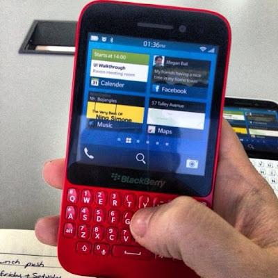 Hemos visto algunas imágenes relativas al presunto dispositivo Serie-R. Ahora, una nueva foto del BlackBerry R10 en rojo ha salido a la luz. Puedo confirmar que se trata de una imagen real la cual fue subida a Instagram muestra la nueva generación los dispositivos BlackBerry 10 dispositivos. El R-Series viene en muchos colores, incluyendo rosa. Como hemos publicado anteriormente en nuestros artículos de noticias, Thorsten Heins el CEO de BlackBerry declaró que BlackBerry lanzará unos 6 dispositivos nuevos equipados con BlackBerry 10, De los cuales ya fueron lanzados 2, El Z10 y el Q10. Sin embargo, todavía no hay confirmación