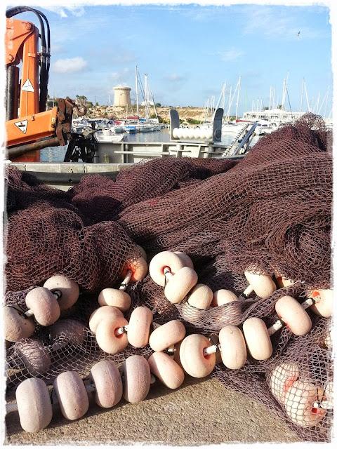 El Campello Puerto pesquero con Torre Vigía al fondo