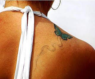 Tatuaj fluture albastru asezat pe umar