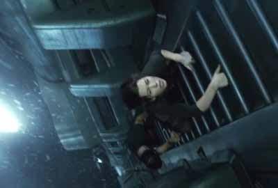 Imagen de la película, que muestra a los protagonistas trepando por una escalerilla, en el exterior del ascensor.