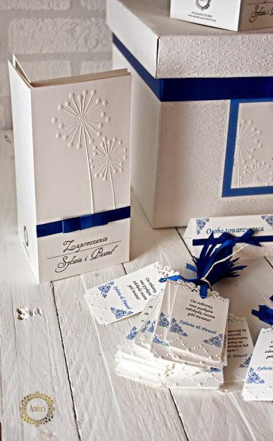 kobaltowe zaproszenie i dodatki ślubne