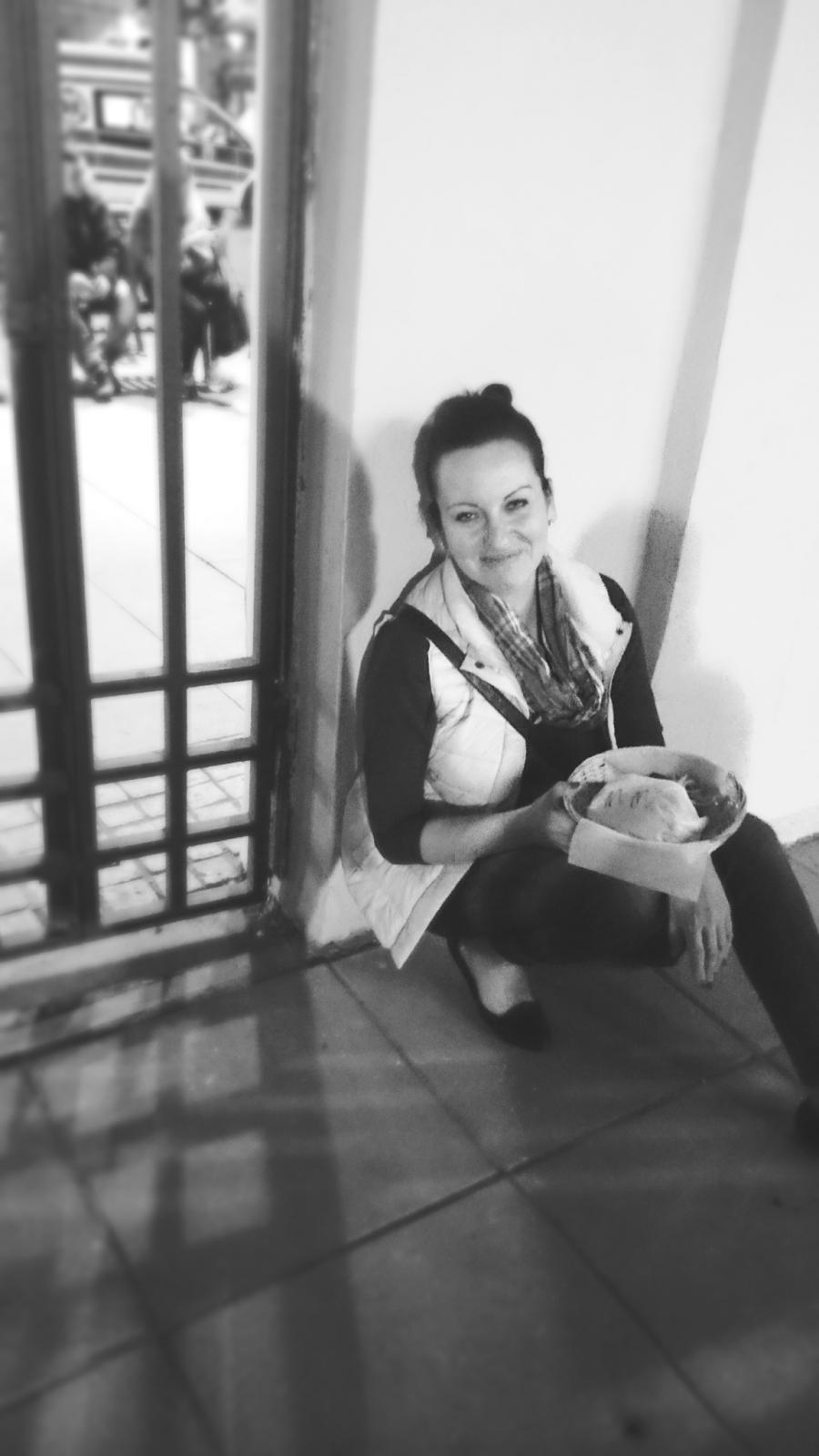 hamburgery na ul.Piotrkowskiej w Łodzi,najlepsze hamburgery w Łodzi,polishgirl,puchowa kamizelka,uśmiechnięta dziewczyna,uśmiech,koszyk na pieczywo