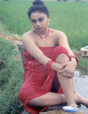 Download Tamil Aunty Anu showin thighs throuh pavadai ap LatestGallery
