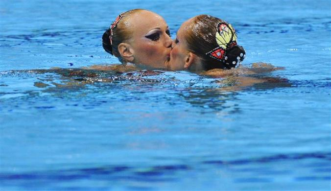 olympic girl kisses girl