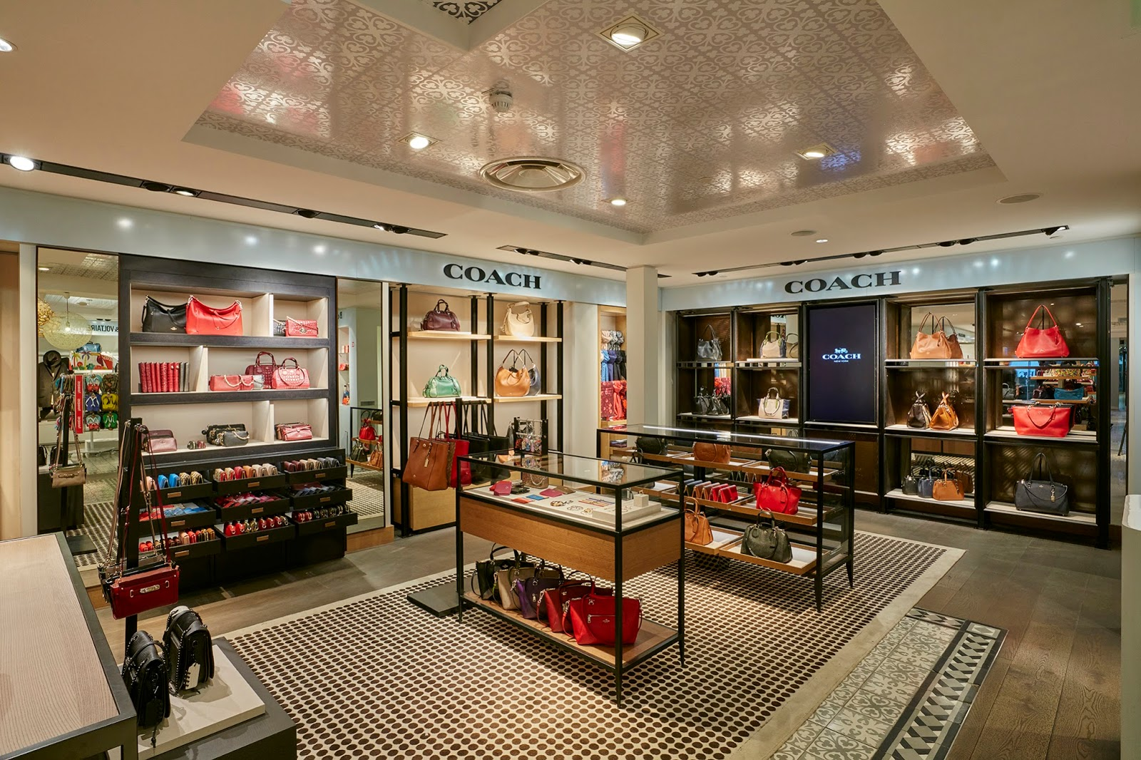 essential communications coach opens men s and women s shops in charles de gaulle airport. Black Bedroom Furniture Sets. Home Design Ideas