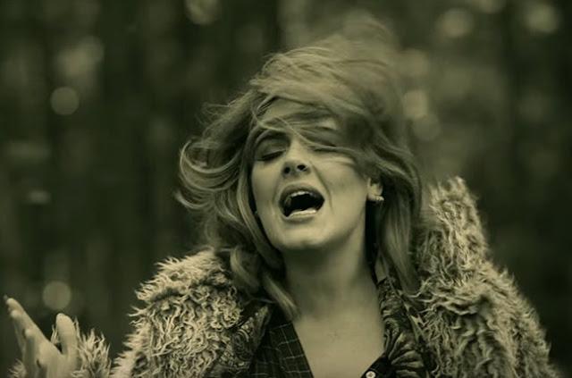 """Adele vende más discos en físicos que digitales con """"25""""."""