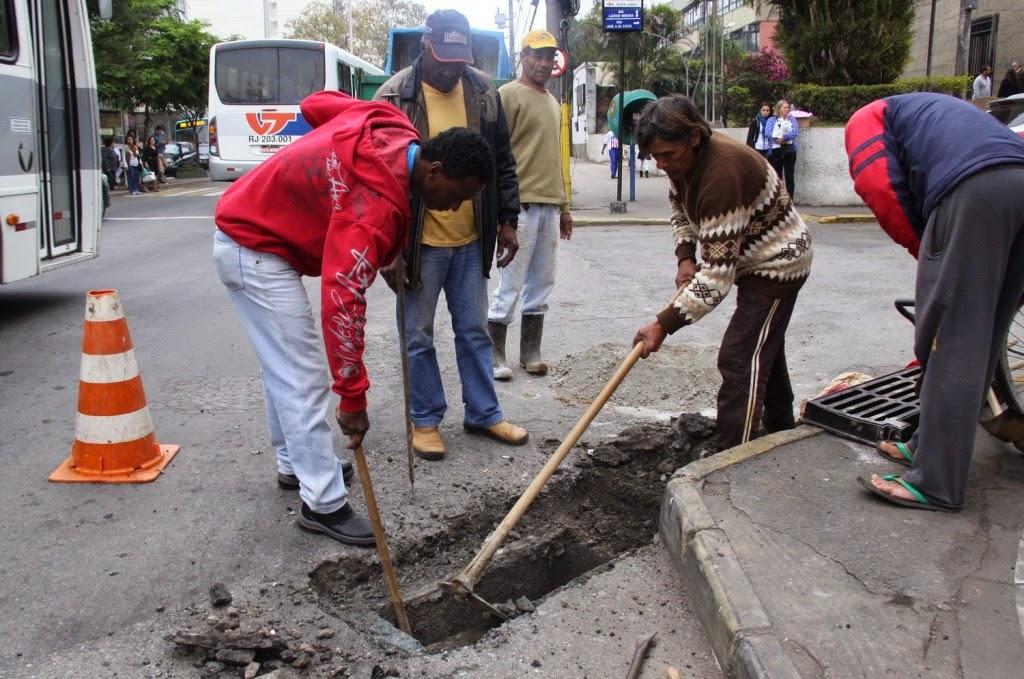 Funcionários consertam ralo na Avenida Lúcio Meira