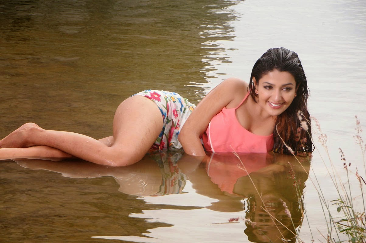 Actress Sonia Mann Hot Cleavages And Navel Show Images