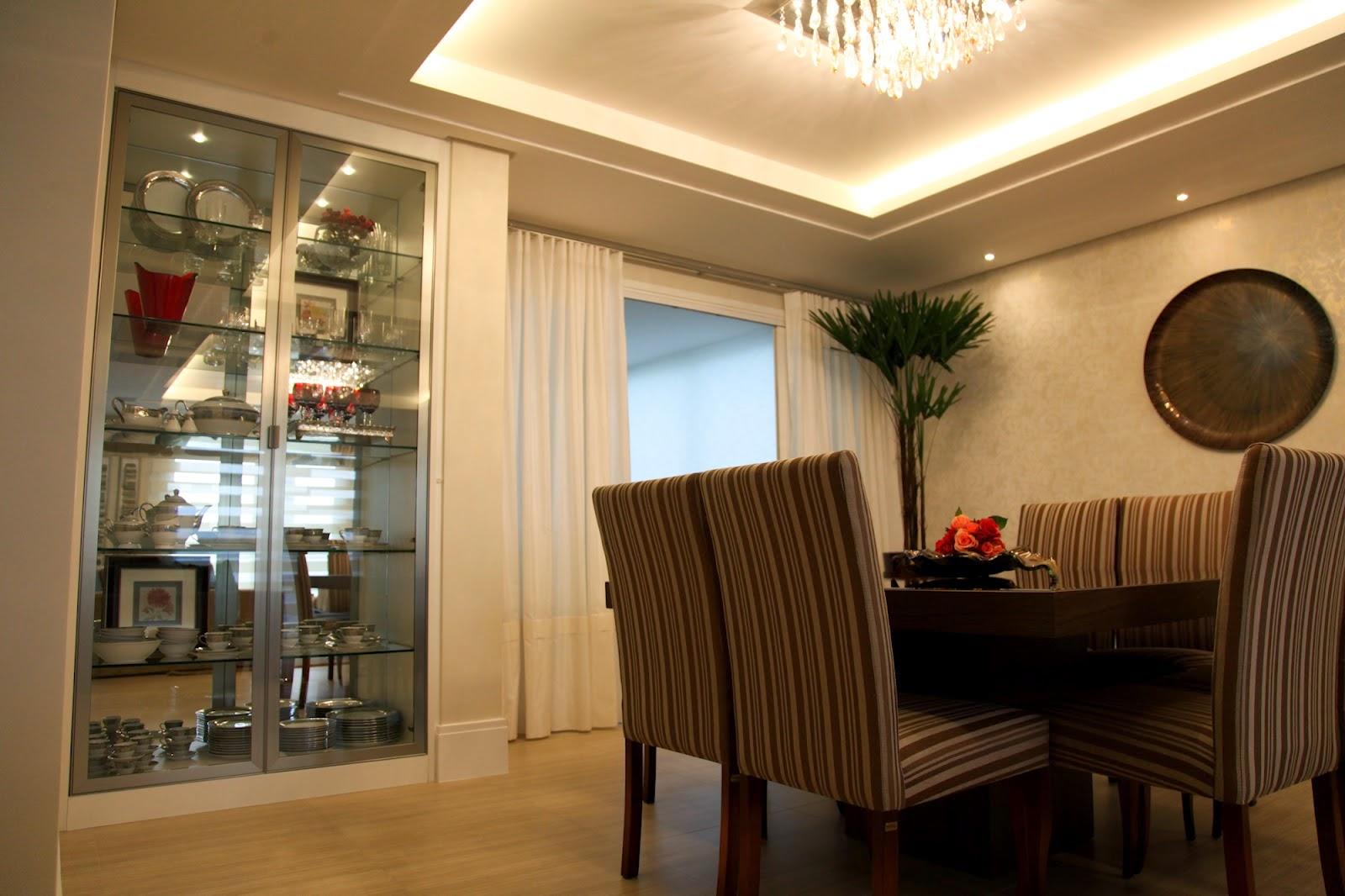 cristaleira, mesa para sala de jantar, cadeiras almofadas, piso laminado