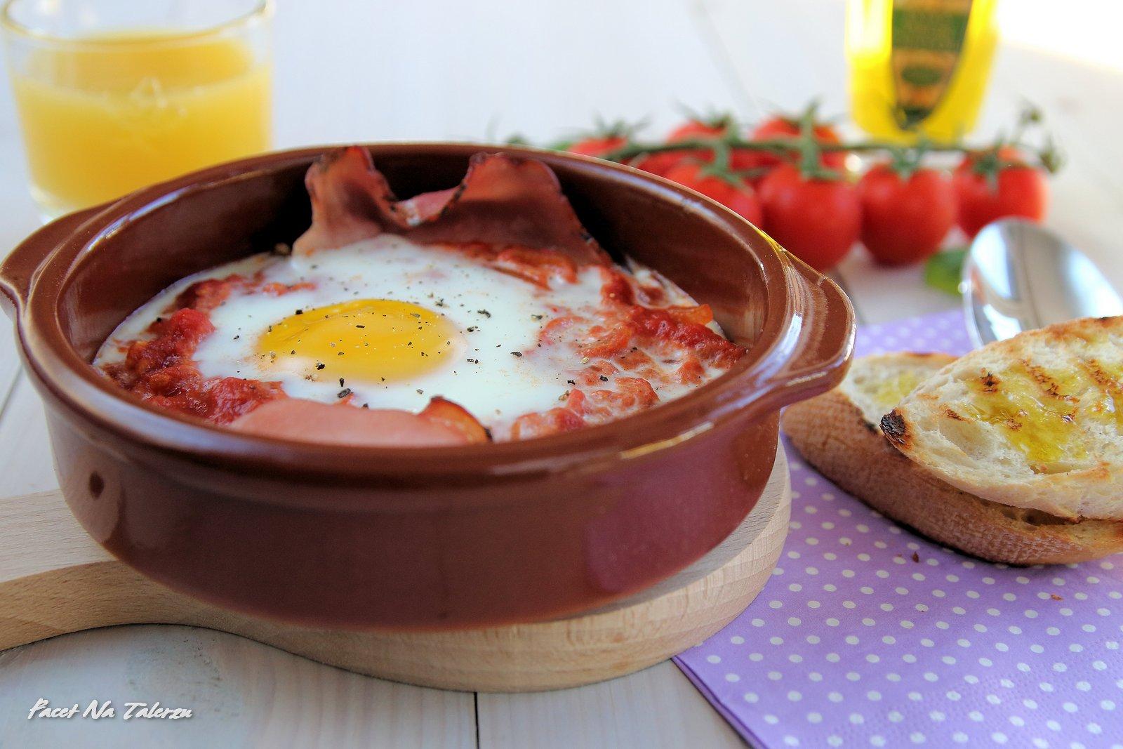 Jajka zapiekane z szynką i pomidorami