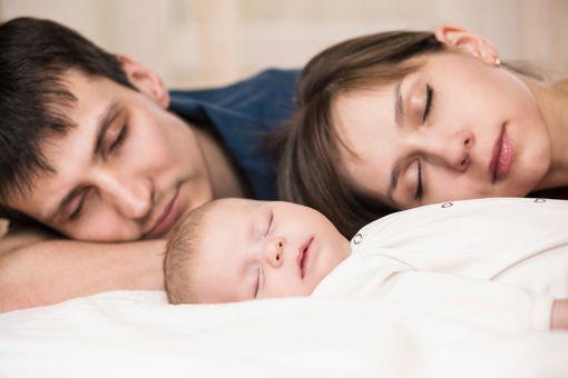 Image bébé dort avec ses parents