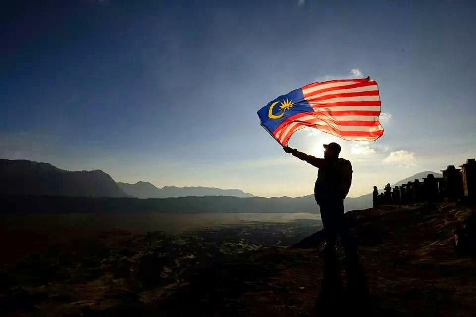 JALUR GEMILANG BERKIBAR DI PUNCAK GUNUNG BROMO SEMPENA HARI MALAYSIA TAHNIAH UITM