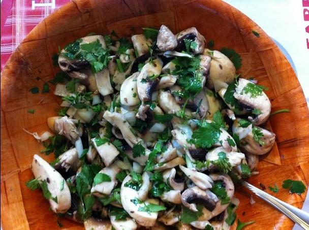 Salade de champignons frais aux herbes
