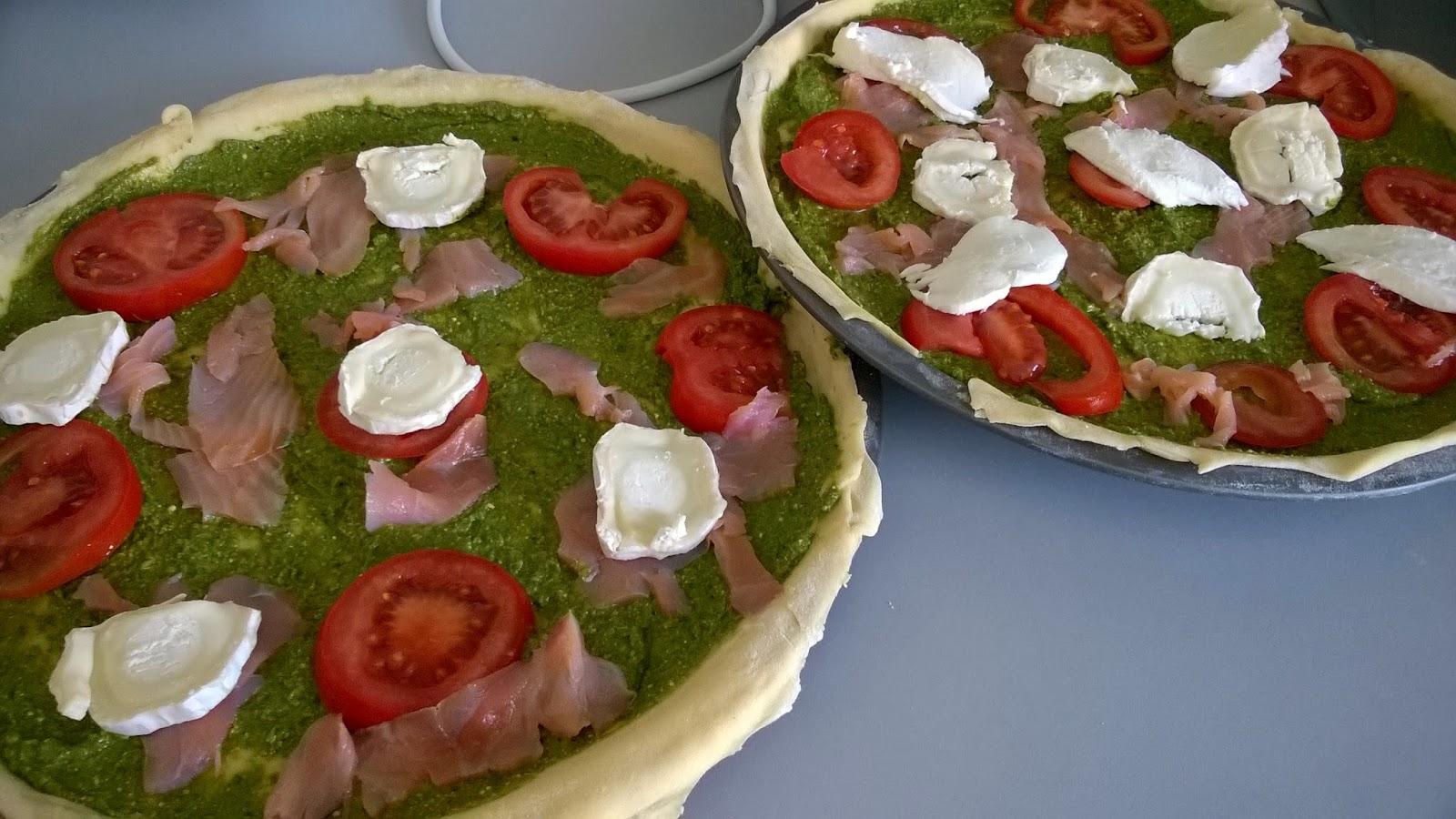 Pizza pesto d'oseille, saumon, chèvre, tomates
