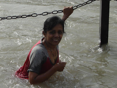 indian aunty down blouse at ganga river bath snan