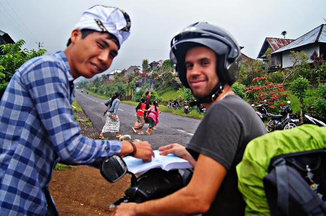Balineses ayudando para el camino