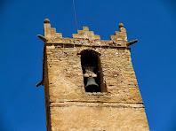 Detall del darrer pis del campanar de Sant Andreu de Gurb coronat amb merlets
